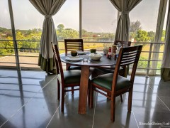 Fratelli-Vineyards-interior-breakfast-table-2